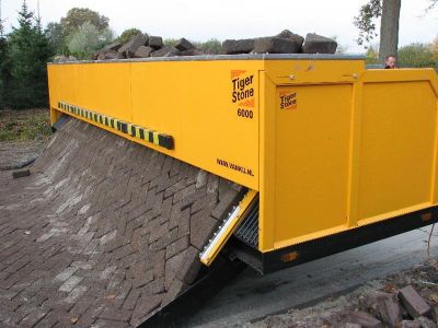 Tiger-stone-interlocking-brick-road-machine-printer-lays-bricks-1