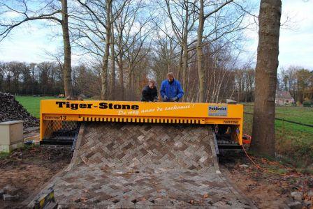 Tiger-stone-interlocking-brick-road-machine-printer-lays-bricks-4